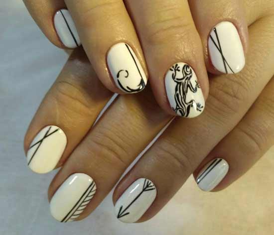 ящерица на белых ногтях