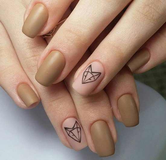 лиса на бежевых ногтях