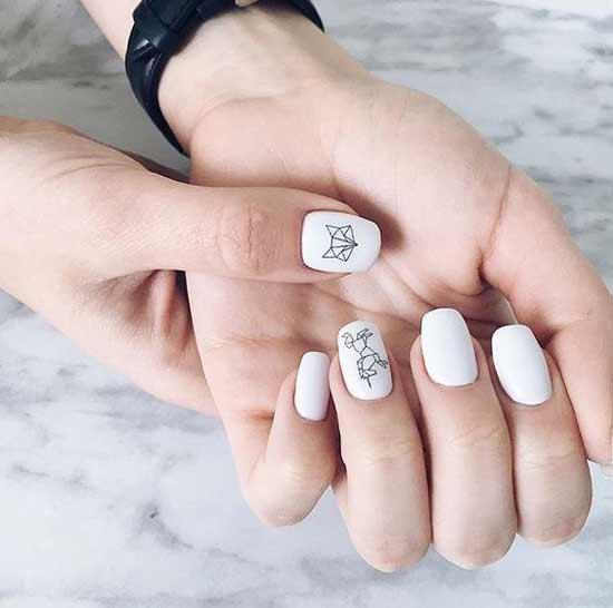 лиса на белых ногтях