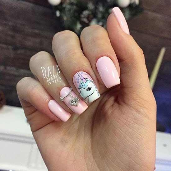 единорог на розовых ногтях