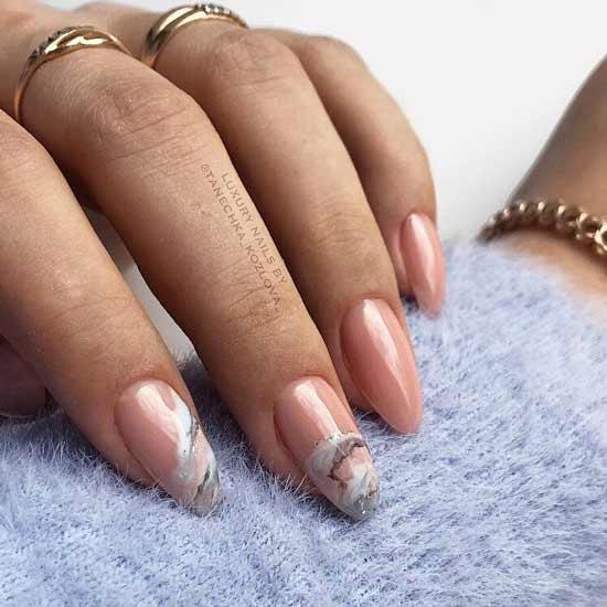 мраморный маникюр на ногтях