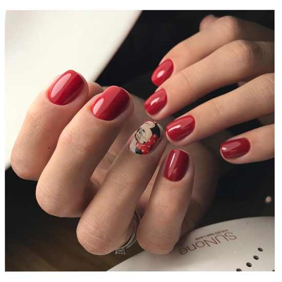 красный маникюр с рисунком на ногтях