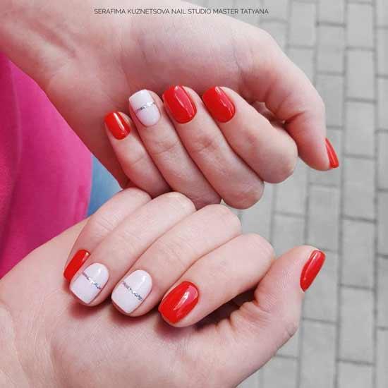 красный маникюр с белыми полосками на ногтях
