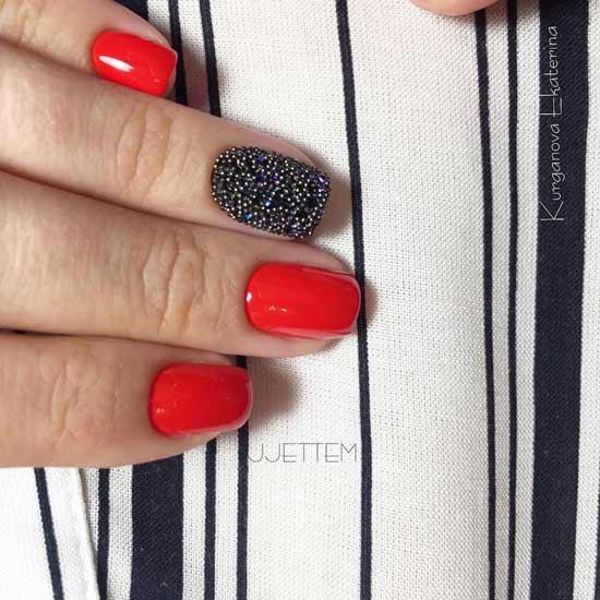 красный маникюр с блестками на ногтях