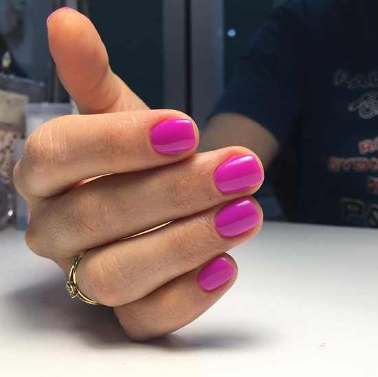 малиновый маникюр на ногтях
