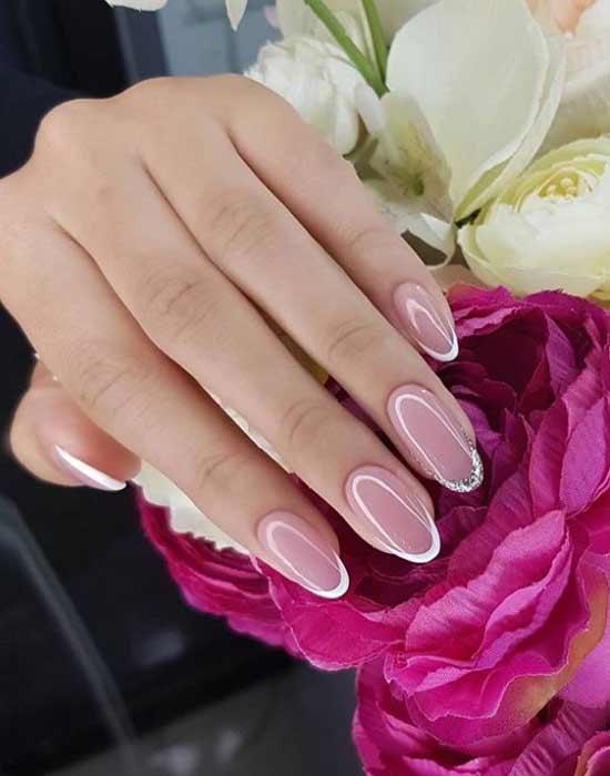 Белый френч с блестками на одном ногте фото