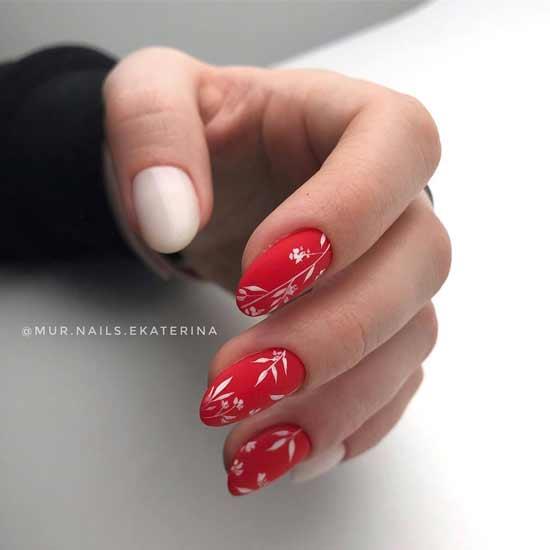 красный маникюр с декором на ногтях