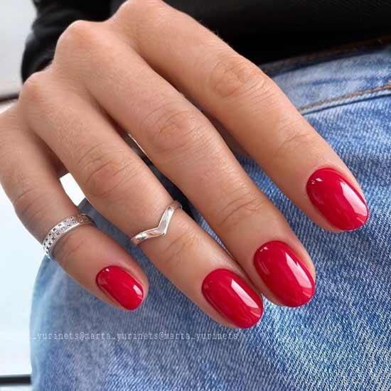 яркий красный маникюр на ногтях
