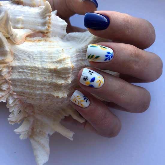маникюр с цветочным орнаментом на ногтях