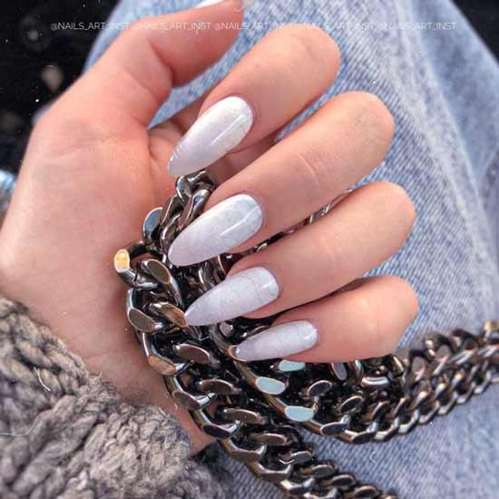 белый маникюр на ногтях